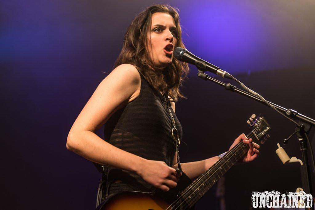 Laura Cox, une femme qui joue de la guitare et chante