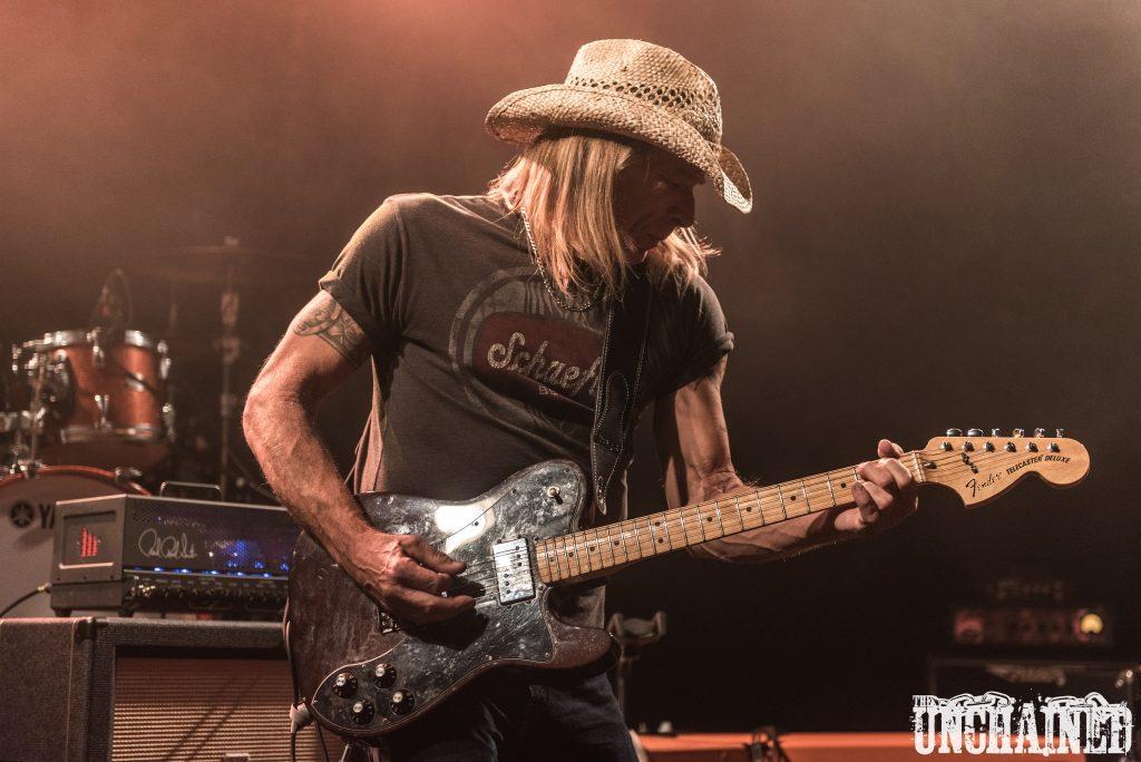 Zak Perry, Un Américain qui joue de la guitare.